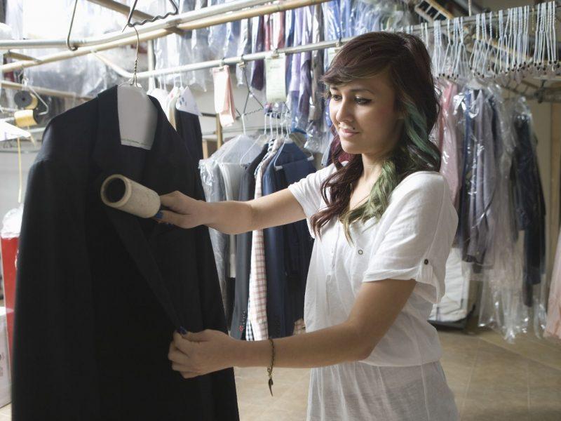 Правильное обращение с одеждой: главные преимущества химчистки